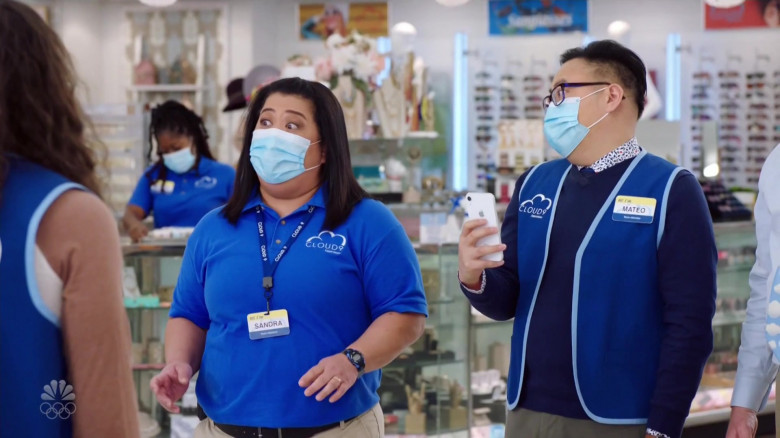 Apple iPhone Smartphone of Nico Santos as Mateo in Superstore S06E08 Ground Rules (2)