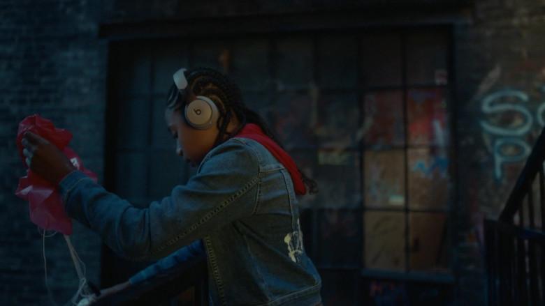 Beats Headphones in Coroner S03E04 Eyes Up (2021)