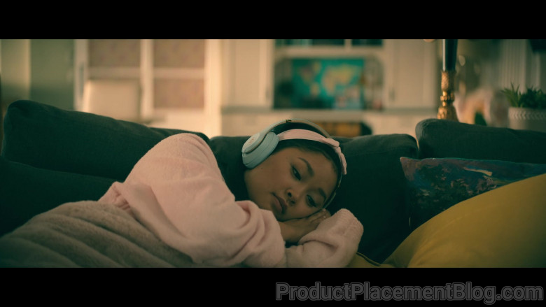 Beats Headphones of Lana Condor as Lara Jean 'LJ' Song Covey in To All the Boys Always and Forever (1)