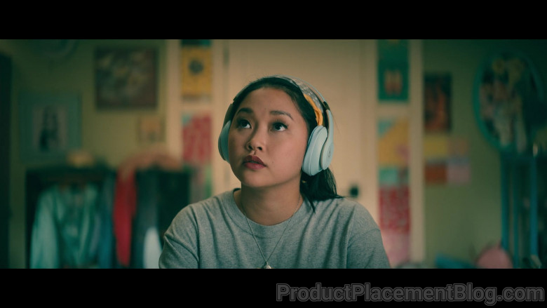 Beats Headphones of Lana Condor as Lara Jean 'LJ' Song Covey in To All the Boys Always and Forever (5)