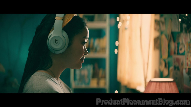 Beats Headphones of Lana Condor as Lara Jean 'LJ' Song Covey in To All the Boys Always and Forever (6)