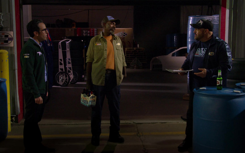 Blue Point Toasted Lager Pack Held by Gary Anthony Williams as Chuck and Stella Artois Beer of Kevin James in The Crew S01E10