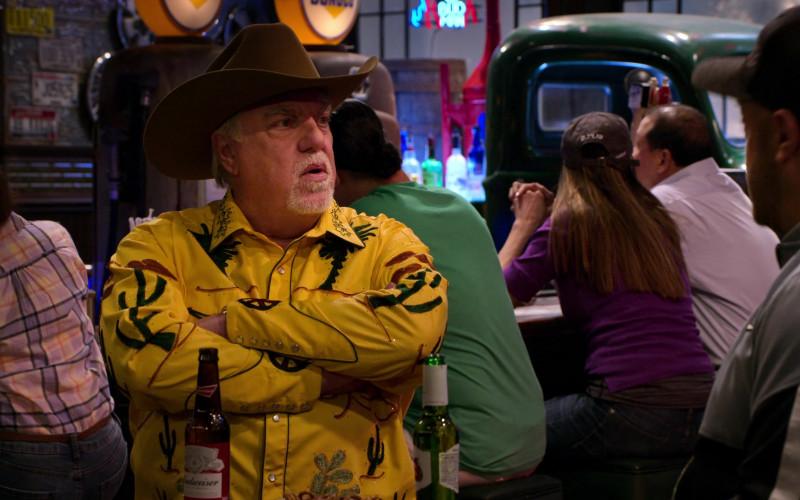 Budweiser Beer Bottle of Bruce McGill as Bobby Spencer in The Crew S01E05