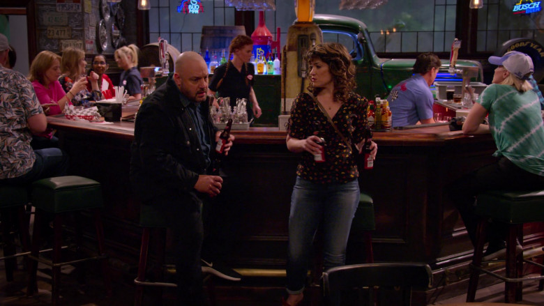 Budweiser Beer Enjoyed by Kevin James & Sarah Stiles in The Crew S01E01 (1)