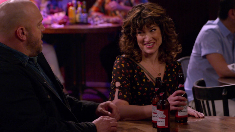 Budweiser Beer Enjoyed by Kevin James & Sarah Stiles in The Crew S01E01 (2)