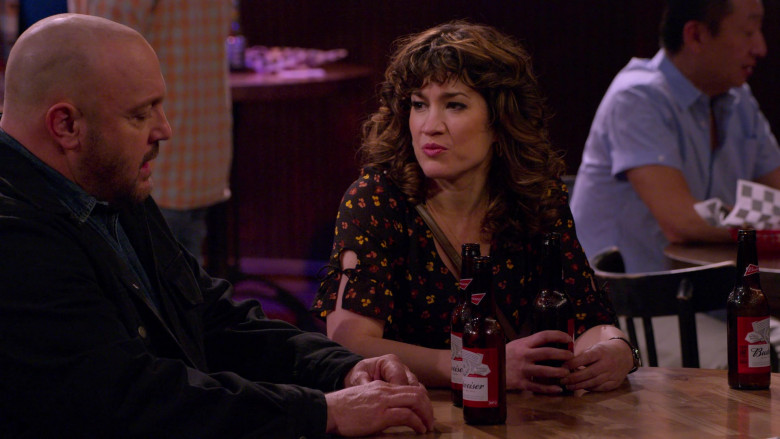 Budweiser Beer Enjoyed by Kevin James & Sarah Stiles in The Crew S01E01 (3)