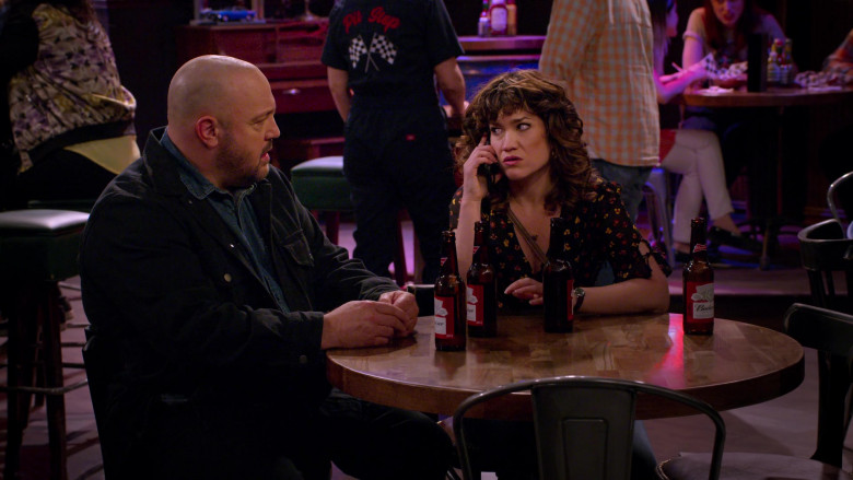 Budweiser Beer Enjoyed by Kevin James & Sarah Stiles in The Crew S01E01 (4)