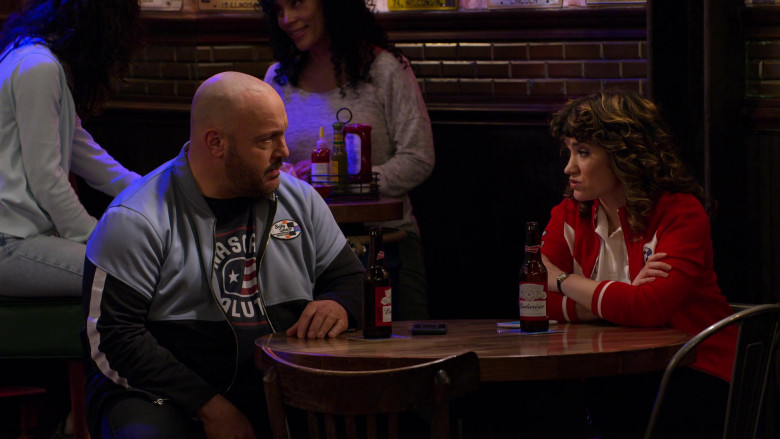 Budweiser Beer Enjoyed by Kevin James as Kevin Gibson and Sarah Stiles as Beth in The Crew S01E06 (1)