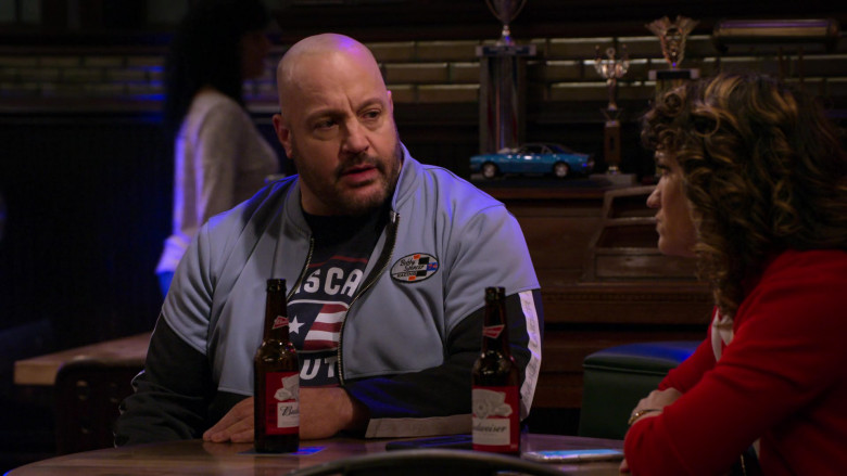 Budweiser Beer Enjoyed by Kevin James as Kevin Gibson and Sarah Stiles as Beth in The Crew S01E06 (2)