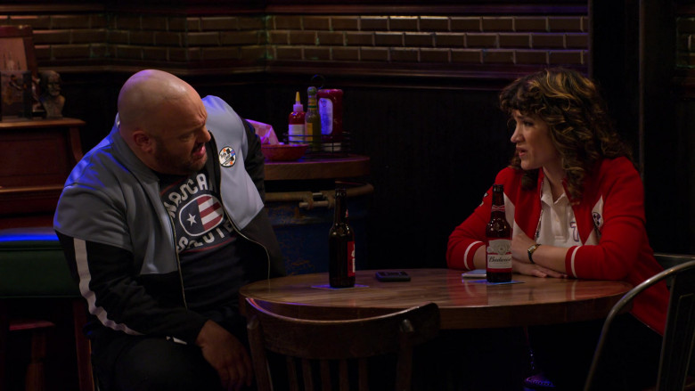 Budweiser Beer Enjoyed by Kevin James as Kevin Gibson and Sarah Stiles as Beth in The Crew S01E06 (3)