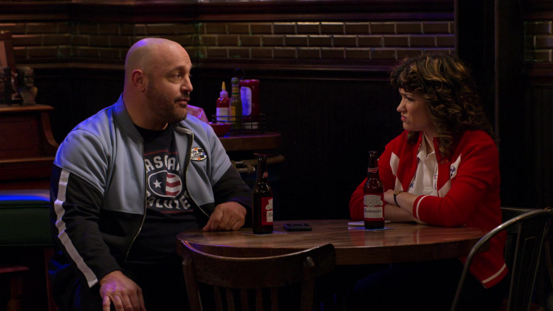 Budweiser Beer Enjoyed by Kevin James as Kevin Gibson and Sarah Stiles as Beth in The Crew S01E06 (4)