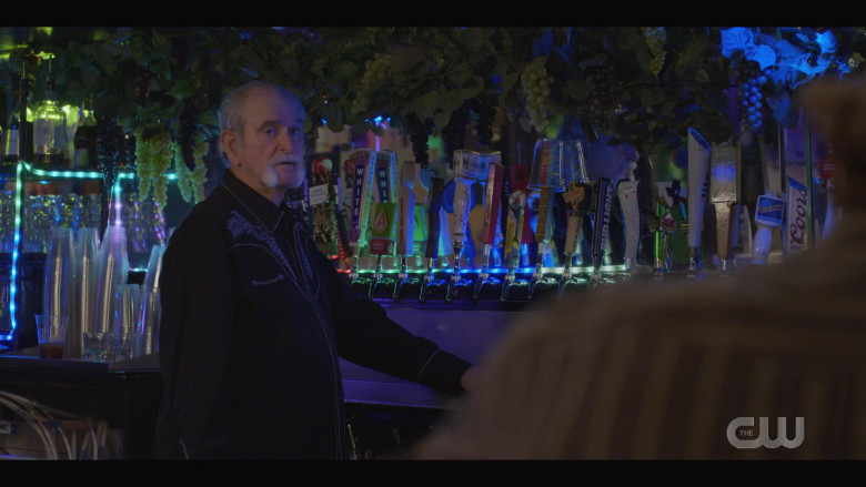 Celis White, Modelo Especial, Bud Light, Michelob Ultra, XX Dos Equis, Blue Moon, Coors (Beer Taps) in Walker S01E05