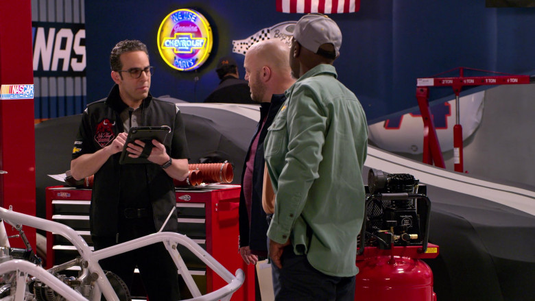 Chevrolet Genuine Parts Round Neon Sign in The Crew S01E02