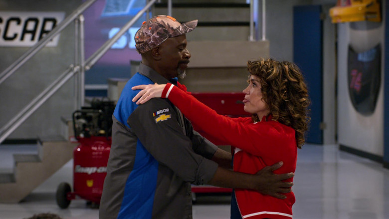 Chevrolet Logo Patch on the Shirt of Gary Anthony Williams as Chuck in The Crew S01E05 (2)