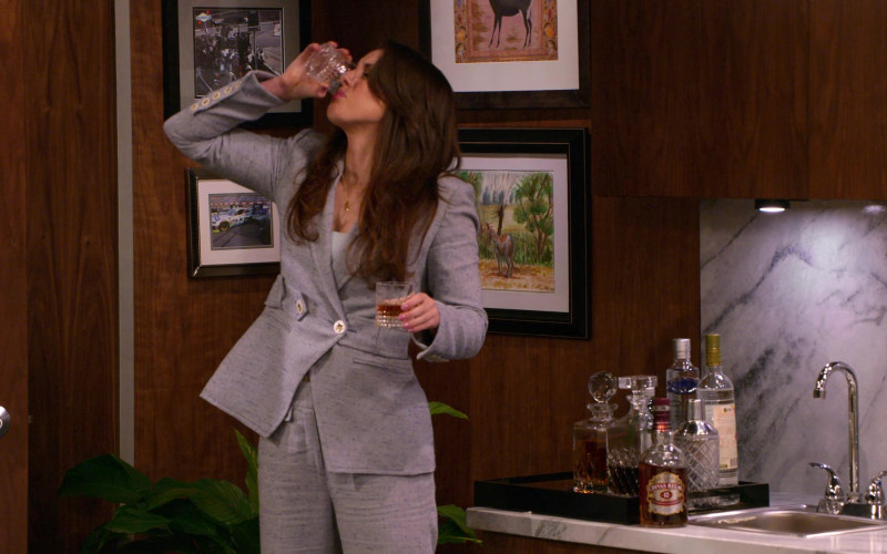 Chivas Regal 12 Year Old Whisky Enjoyed by Jillian Mueller as Catherine Spencer in The Crew S01E09 (1)