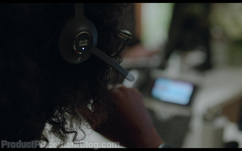 Cisco Headset of Simona Brown as Louise in Behind Her Eyes S01E03