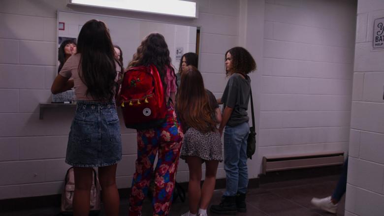 Converse Red Backpack of Sara Waisglass as Maxine in Ginny & Georgia S01E02 (1)