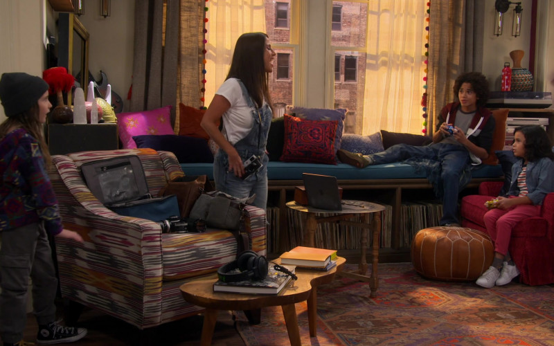 Converse Sneakers of Quinn Copeland as Izzy in Punky Brewster S01E04 Under the Influence (2021)