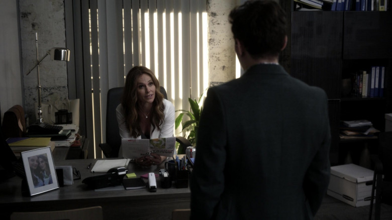 Diet Coke Soda Enjoyed by Amy Brenneman as Mary Barlow in Tell Me Your Secrets S01E03 (2)