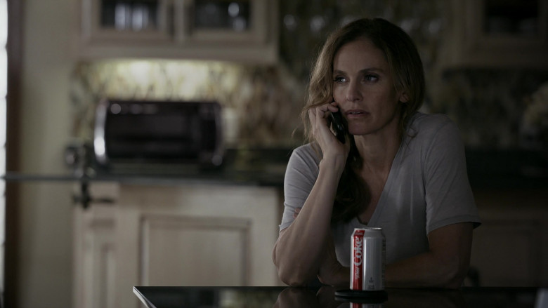 Diet Coke sugar-free and no-calorie soft drink of Amy Brenneman as Mary Barlow in Tell Me Your Secrets S01E06 (2)