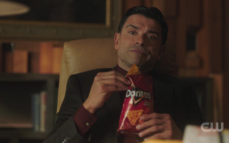 Doritos Nacho Cheese Chips Enjoyed by Mark Consuelos as Hiram Lodge in Riverdale S05E06 TV Show (1)