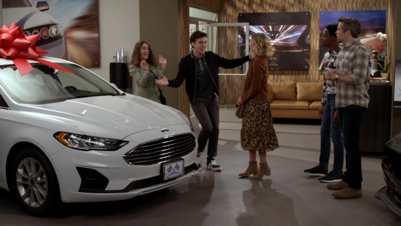 Ford Fusion White Car in Call Your Mother S01E04 (1)