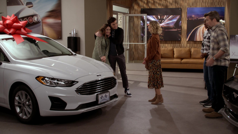 Ford Fusion White Car in Call Your Mother S01E04 (2)