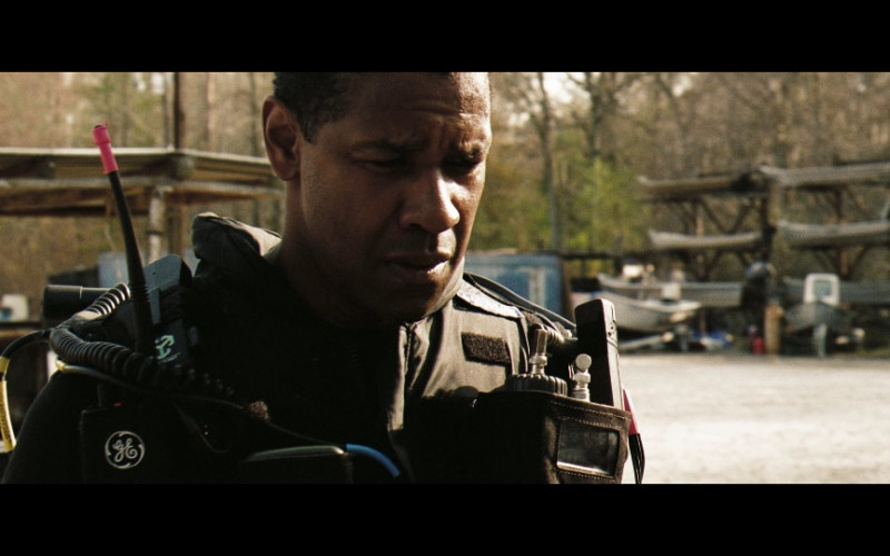 General Electric Radio of Denzel Washington as ATF Special Agent Douglas Carlin in Deja Vu (2006)