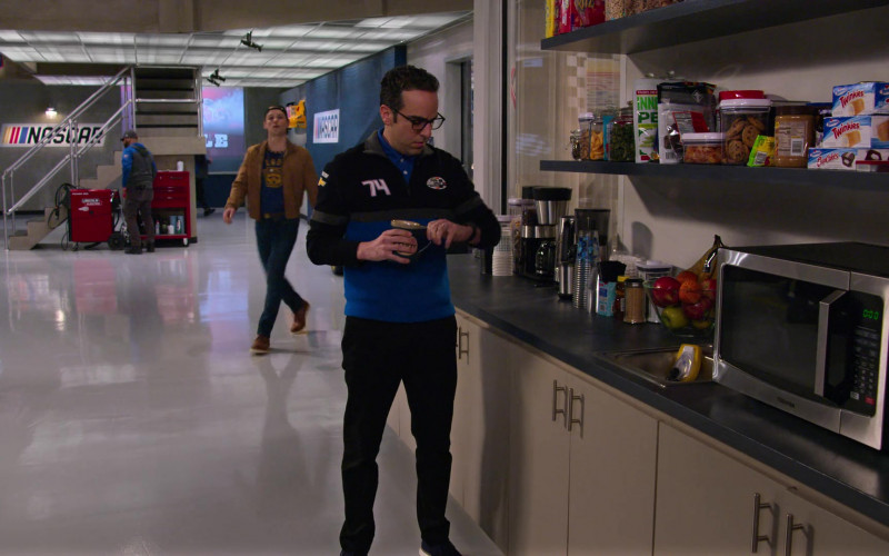 Hostess Twinkies and Toshiba Microwave Oven in The Crew S01E06