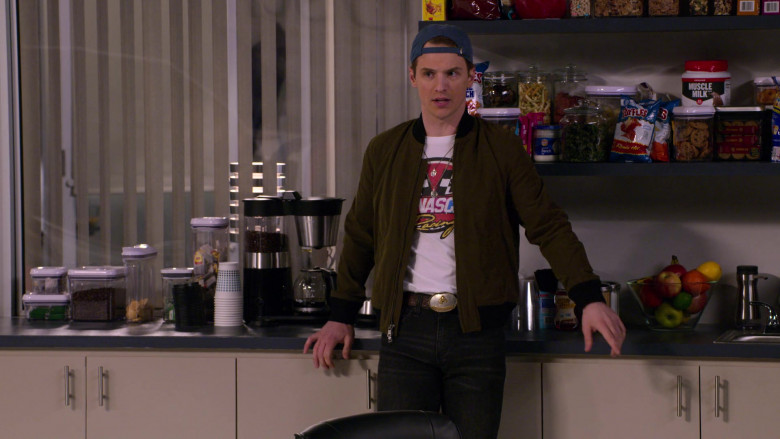 Lay's Sauce, Ruffles Chips, Muscle Milk Protein in The Crew S01E07