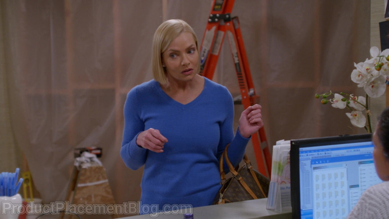 Louis Vuitton Bag of Jaime Pressly as Jill Kendall in Mom S08E07 (2)
