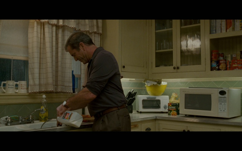 Lyons tea & Sharp microwave oven in Edge of Darkness (2010)