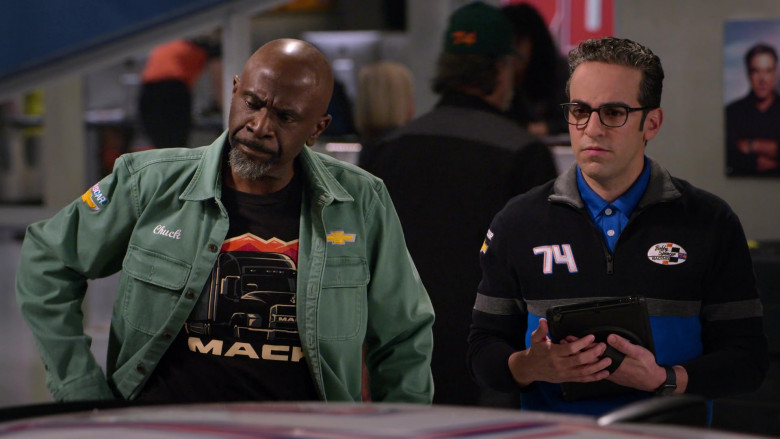 Mack T-Shirt and Chevrolet Patch on the Shirt of Gary Anthony Williams as Chuck in The Crew S01E06
