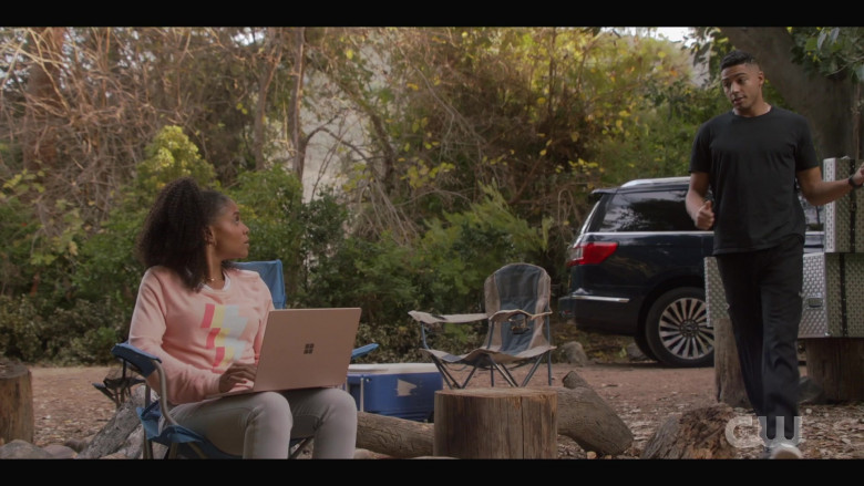 Microsoft Surface Laptop in All American S03E06 (1)
