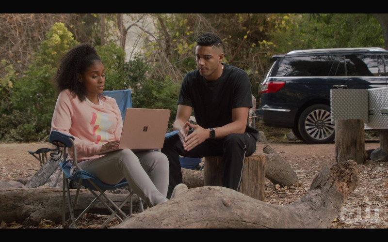 Microsoft Surface Laptop in All American S03E06 (2)
