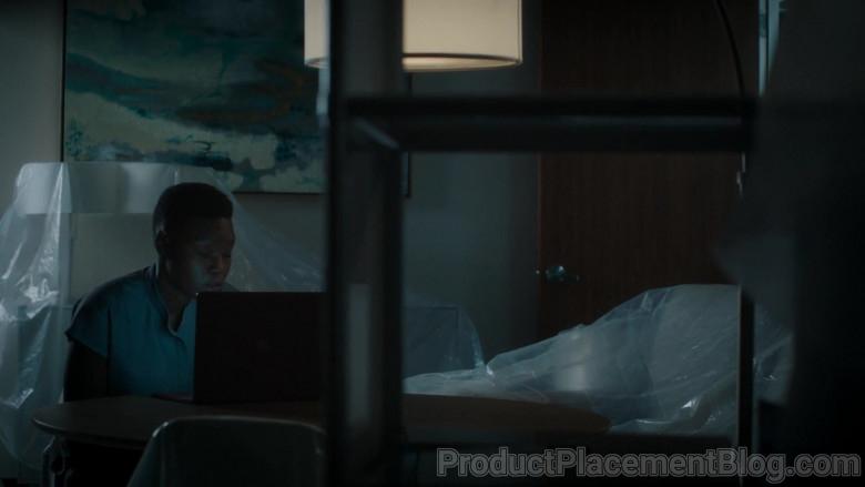 Microsoft Surface Laptop of Shaunette Renée Wilson as Mina Okafor in The Resident S04E05 (1)