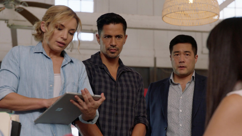 Microsoft Surface Tablet of Actress Perdita Weeks as Juliet Higgins in Magnum P.I. S03E07 TV Show