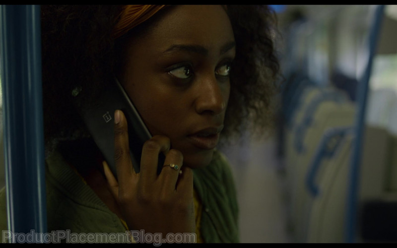 OnePlus Smartphone of Simona Brown as Louise in Behind Her Eyes – Episode 6 (2021)