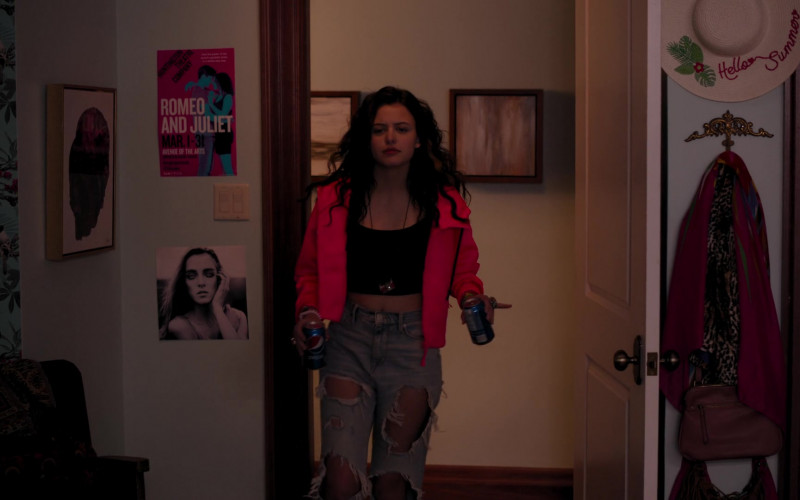 Pepsi Soda Cans Held by Sara Waisglass as Maxine in Ginny & Georgia S01E01 Pilot (2021)
