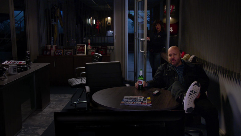 Stella Artois Beer Enjoyed by Kevin James in The Crew S01E01 (1)