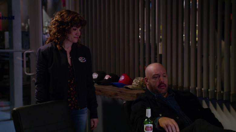 Stella Artois Beer Enjoyed by Kevin James in The Crew S01E01 (2)