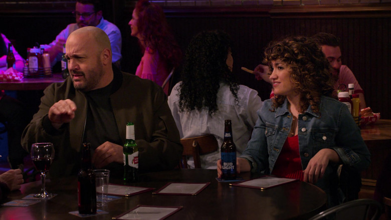 Stella Artois Beer of Kevin James and Bud Light Beer of Sarah Stiles in The Crew S01E07 (1)