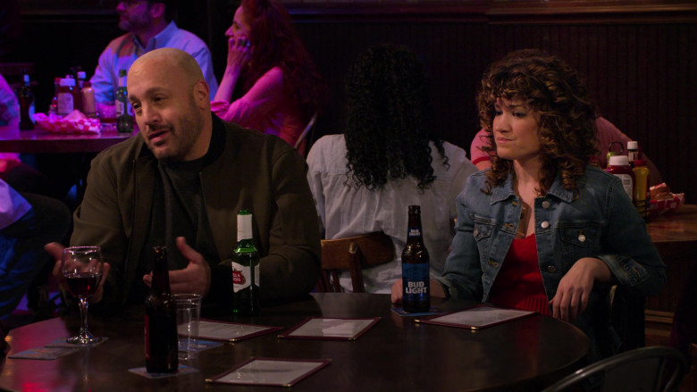 Stella Artois Beer of Kevin James and Bud Light Beer of Sarah Stiles in The Crew S01E07 (2)