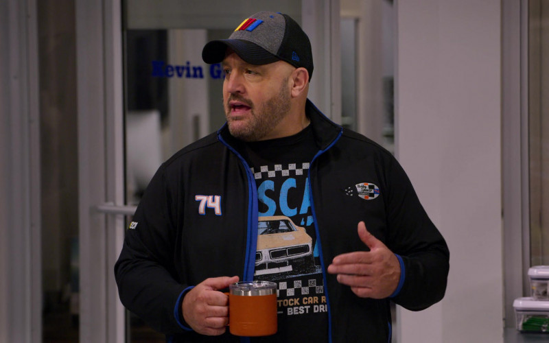 Yeti Mug Held by Kevin James as Kevin Gibson in The Crew S01E09