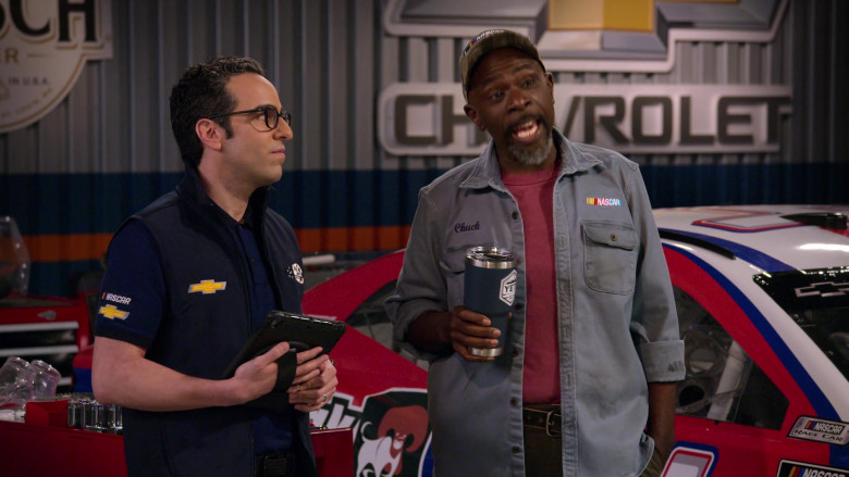 Yeti Tumbler of Gary Anthony Williams as Chuck in The Crew S01E07