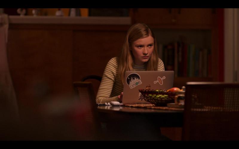 Apple MacBook Air Laptop of Hadley Robinson as Vivian Carter in Moxie Netflix Movie (3)