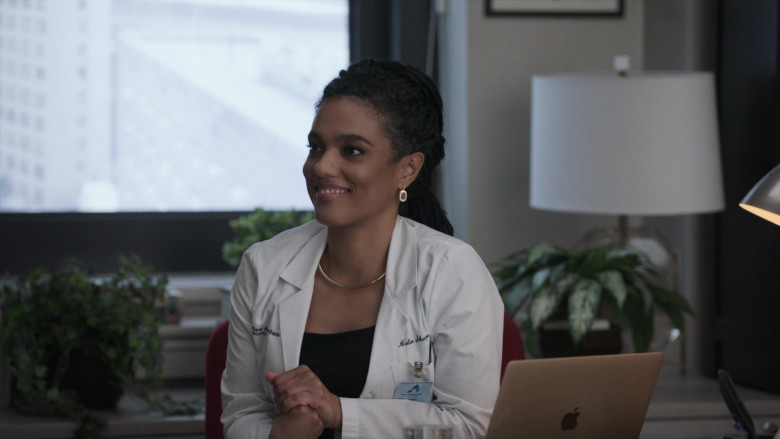 Apple MacBook Laptop & Freema Agyeman as Dr. Helen Sharpe in New Amsterdam S03E05 2021 (1)