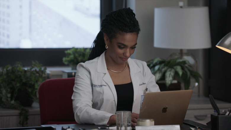 Apple MacBook Laptop & Freema Agyeman as Dr. Helen Sharpe in New Amsterdam S03E05 2021 (2)