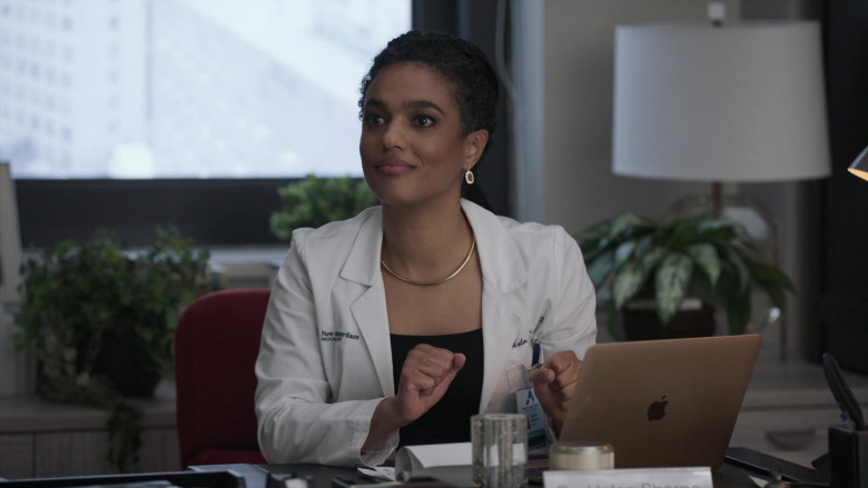 Apple MacBook Laptop & Freema Agyeman as Dr. Helen Sharpe in New Amsterdam S03E05 2021 (3)