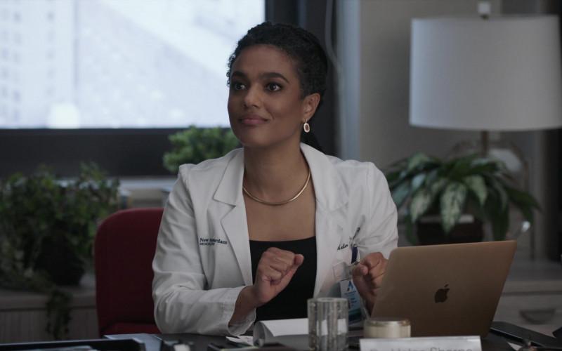 Apple MacBook Laptop & Freema Agyeman as Dr. Helen Sharpe in New Amsterdam S03E05 2021 (3)
